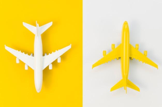 Vista superior brinquedos de avião de cores diferentes Foto Premium