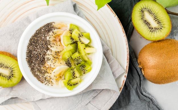 Vista superior café da manhã caseiro com kiwi Foto gratuita
