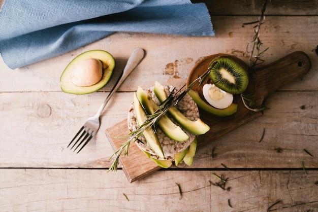 Vista superior café da manhã saudável na placa de madeira Foto gratuita