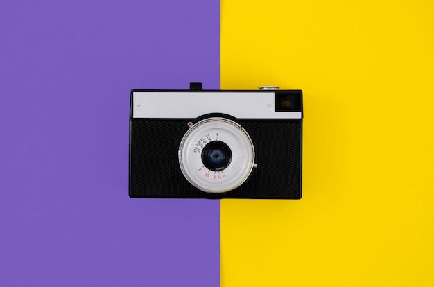 Vista superior câmera fotográfica vintage com fundo colorido Foto gratuita