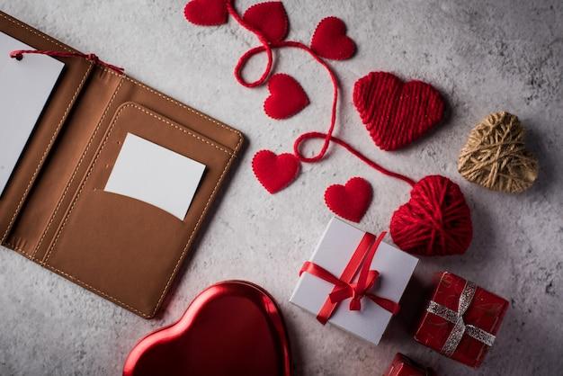 Vista superior cartão branco em branco na carteira e presente de coração Foto gratuita