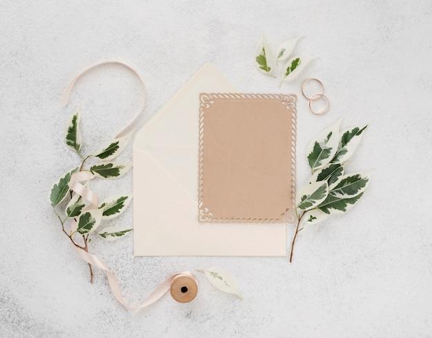 Vista superior cartão de convite de casamento com fita Foto gratuita