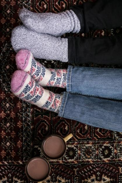 Vista superior casais pés com meias Foto gratuita