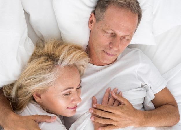 Vista superior casal dormindo juntos Foto gratuita