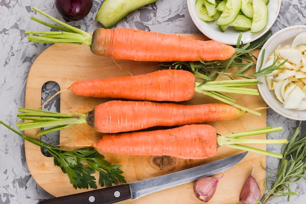 Vista superior, cenouras, ligado, tábua cortante Foto gratuita