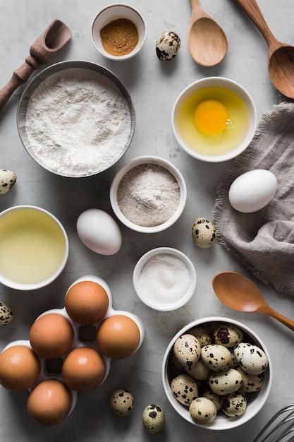 Vista superior coleção de ovos e ingredientes ao lado Foto gratuita