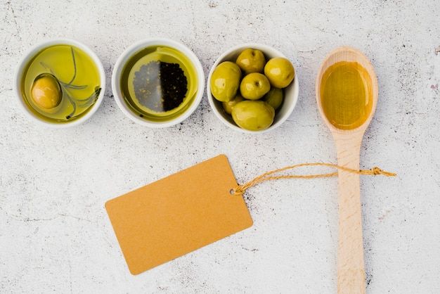 Vista superior colher de pau com azeitonas saborosas Foto gratuita