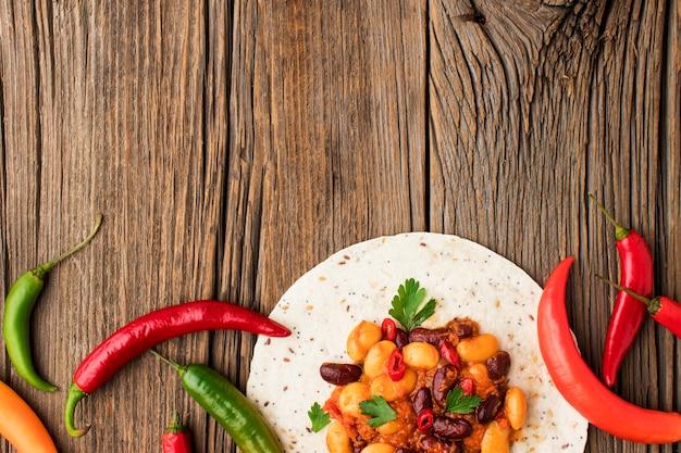 Vista superior comida mexicana com espaço de cópia Foto gratuita