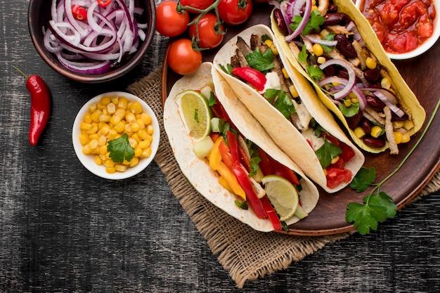 Vista superior comida mexicana fresca com milho Foto Premium