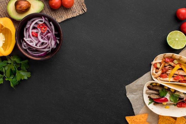 Vista superior comida mexicana fresca com nachos Foto Premium