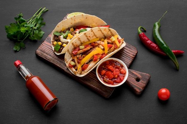 Vista superior comida mexicana fresca pronta para ser servido Foto gratuita