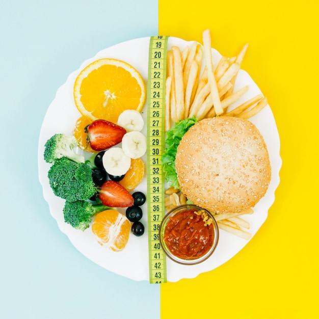Vista superior comida saudável vs alimentos pouco saudáveis Foto gratuita
