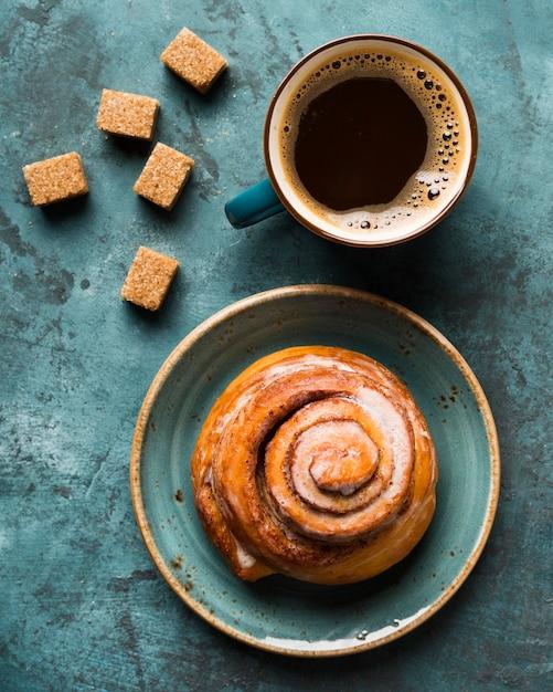 Vista superior composição de café da manhã com café e pastelaria Foto gratuita