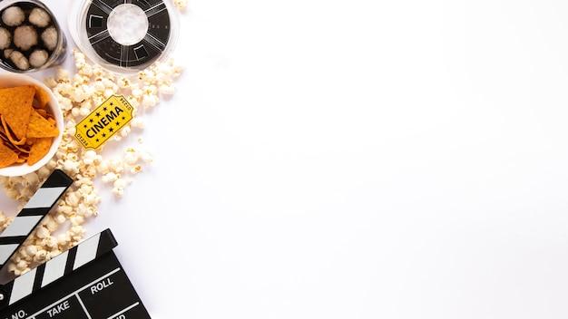 Vista superior composição de elementos de filme sobre fundo branco, com espaço de cópia Foto Premium