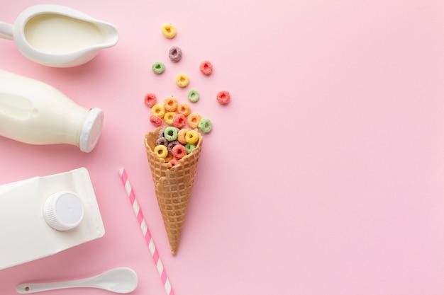 Vista superior cone de açúcar com cereais coloridos Foto gratuita