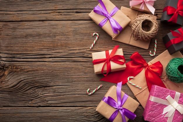 Vista superior conjunto de presentes de natal Foto gratuita