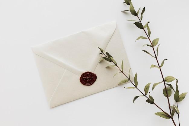 Vista superior convite de casamento selado Foto gratuita