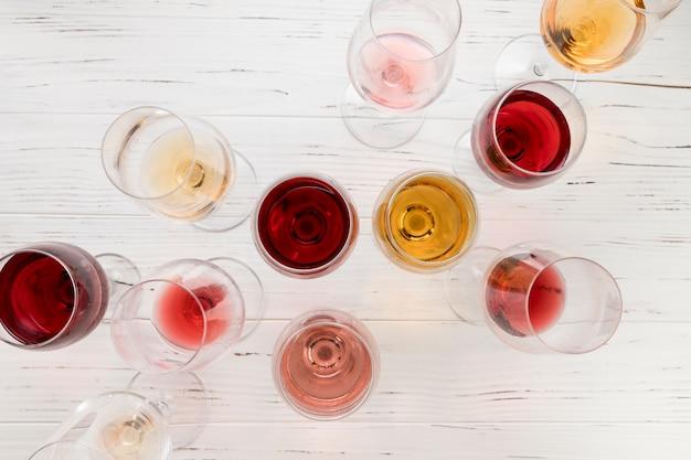 Vista superior copos cheios de vinho Foto gratuita