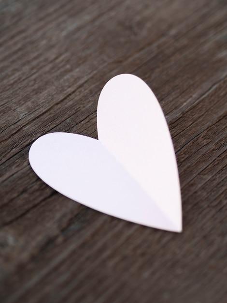 Vista superior coração branco na mesa Foto gratuita