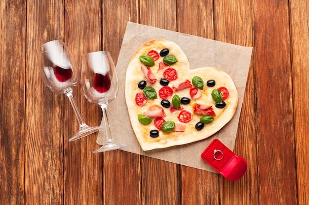 Vista superior coração em forma de pizza com anel Foto gratuita