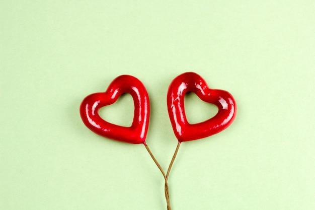 Vista superior coração vermelho sobre um fundo verde Foto Premium