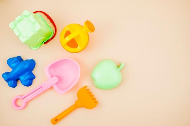 Vista superior crianças brinquedos de praia Foto gratuita