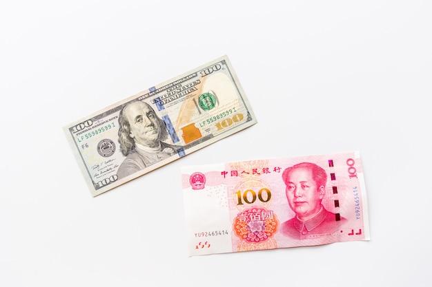 Vista superior criativa plana leigos de dinheiro dólar americano e yuan chinês Foto Premium