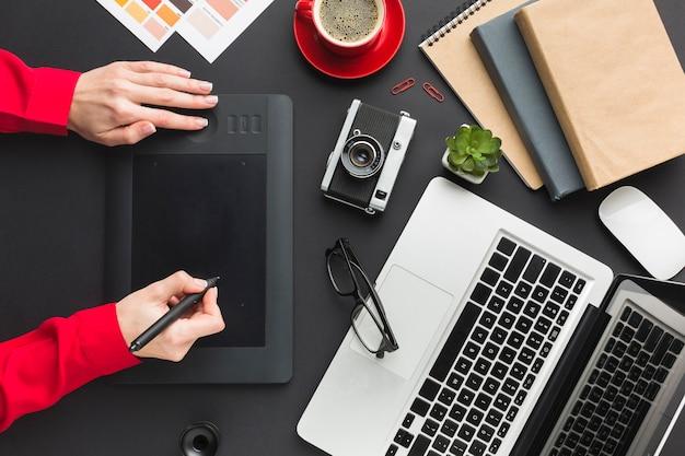 Vista superior da área de desenho na mesa com o laptop Foto gratuita