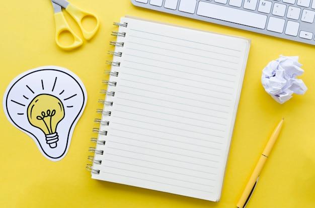 Vista superior da área de trabalho com notebook e teclado Foto gratuita