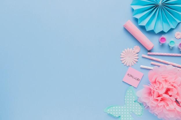 Vista superior da arte de artesanato origami decorativo em pano de fundo azul Foto gratuita