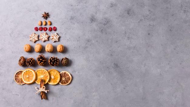 Vista superior da árvore de natal feita de frutas cítricas secas e pão de gengibre Foto gratuita
