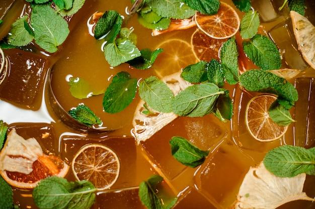 Vista superior da bebida de limonada fresca com gelo e hortelã Foto Premium