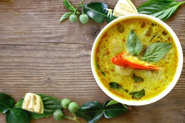 Vista superior da bola de peixe curry verde em tigela branca Foto Premium