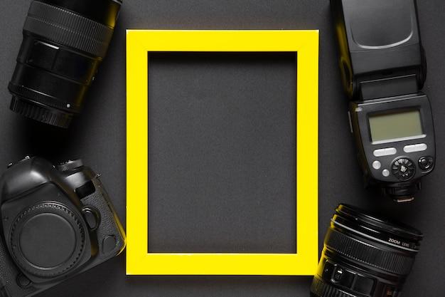 Vista superior da câmera e moldura em fundo preto Foto gratuita