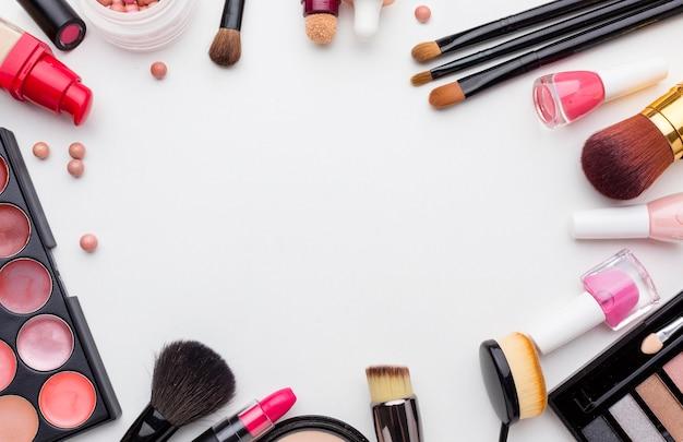 Vista superior da coleção de produtos de maquiagem e beleza Foto gratuita