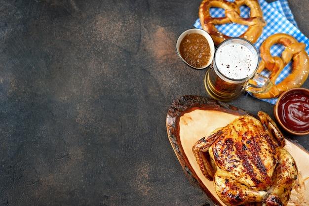 Vista superior da comida oktoberfest em fundo rústico Foto Premium