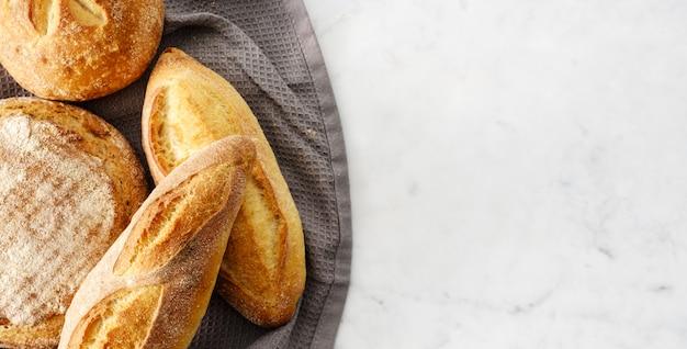 Vista superior da composição com pão fresco. Foto Premium