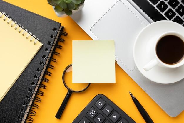 Vista superior da composição da mesa de escritório com post-it vazio Foto gratuita