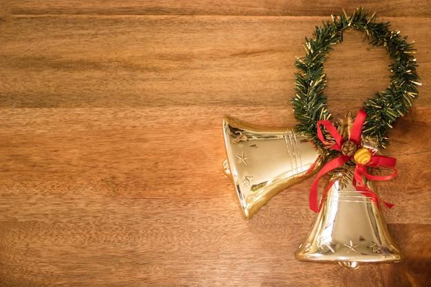 Vista superior da decoração de natal em uma mesa de madeira com espaço de cópia Foto gratuita