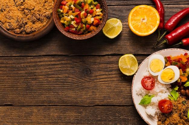 Vista superior da deliciosa composição da comida brasileira com espaço de cópia Foto gratuita