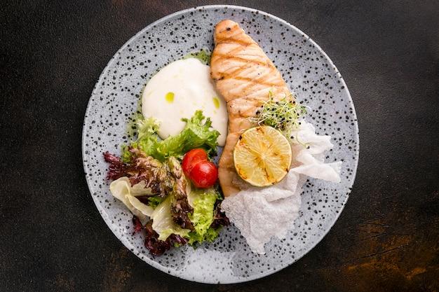 Vista superior da deliciosa refeição de peixe cozido Foto gratuita
