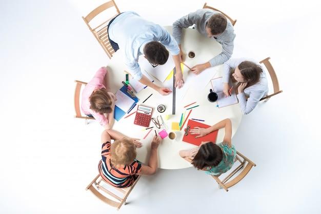 Vista superior da equipe de negócios na área de trabalho Foto gratuita