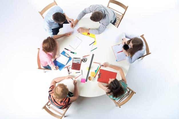 Vista superior da equipe de negócios na parede do espaço de trabalho Foto gratuita