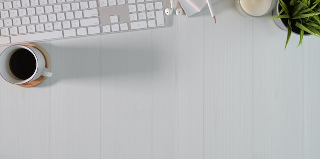 Vista superior da estação de trabalho mínima do freelancer Foto Premium