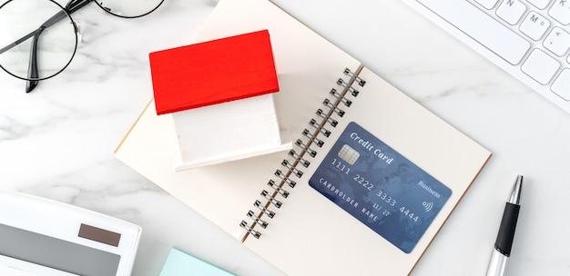 Vista superior da estimativa e do pagamento do imposto residencial com calculadora e cartão de crédito da internet. Foto Premium