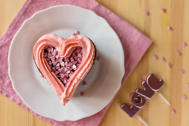 Vista superior da fatia de bolo com cobertura e velas Foto gratuita