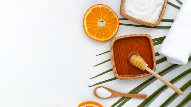 Vista superior da fatia de mel e laranja com espaço de cópia Foto gratuita