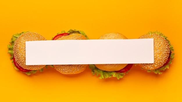 Vista superior da listra branca em hambúrgueres Foto gratuita