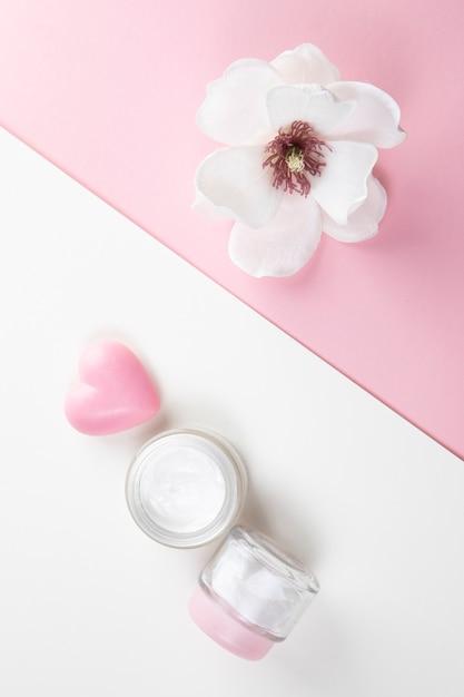 Vista superior da manteiga corporal e hibisco Foto gratuita