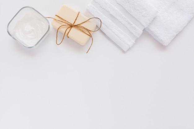 Vista superior da manteiga corporal e sabão no bakground simples com espaço de cópia Foto gratuita